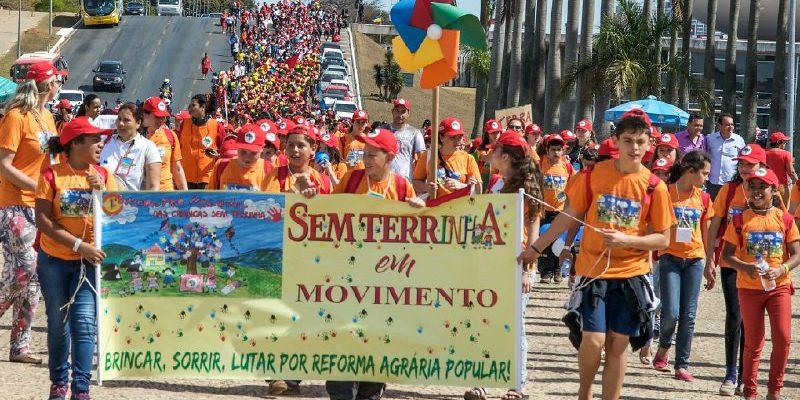 Durante passeio cultural em Brasília, Sem Terrinha entregam manifesto no MEC