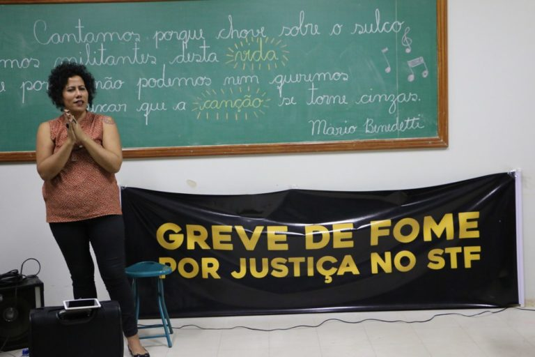 A música alimenta: Indiana Nomma encanta militantes grevistas por Justiça no STF