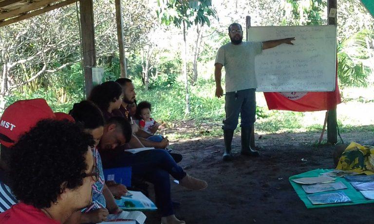 Camponeses e camponesas discutem agroecologia como modelo na produção de alimentos
