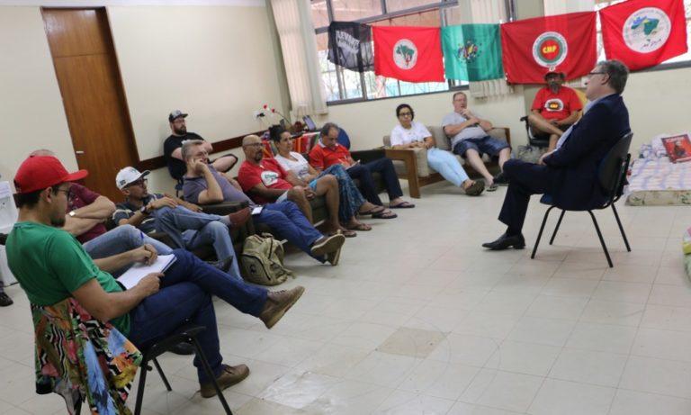 Solidariedade: Grevistas recebem visita de Manuela D'Ávila e Eugênio Aragão