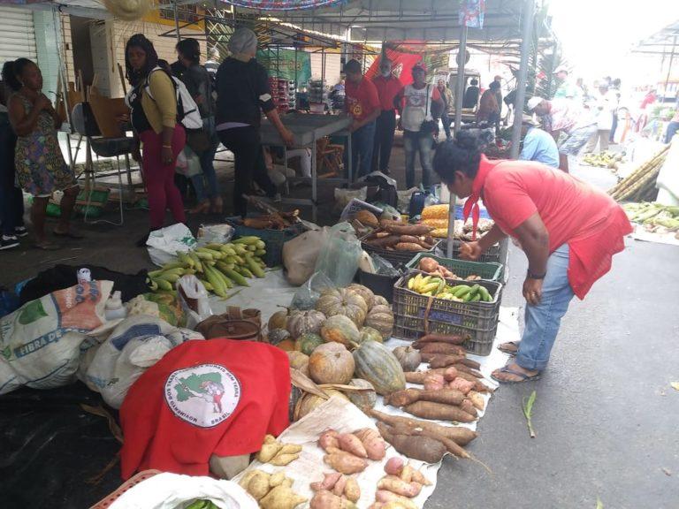 MST ocupa às ruas de Eunápolis com mais de 12 toneladas de alimentos