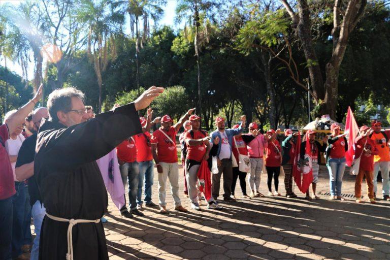 Grevistas de fome realizam celebração ecumênica em frente à casa do Ministro Fachin