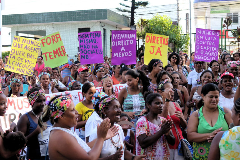 É  pela vida das mulheres: descriminalização do aborto é uma bandeira de luta de todas