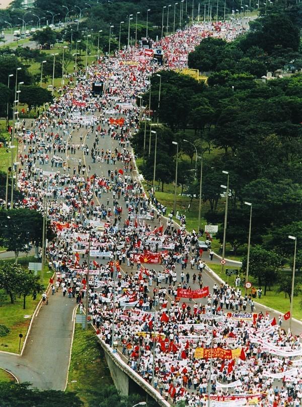 Em 1997, cerca de 100 mil pessoas receberam os Sem Terra demonstrando solidariedade e simpatia pela luta por Reforma Agrária (1).jpg