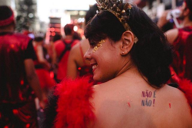 mulheres realizam manifestação cultural contra o fascismo