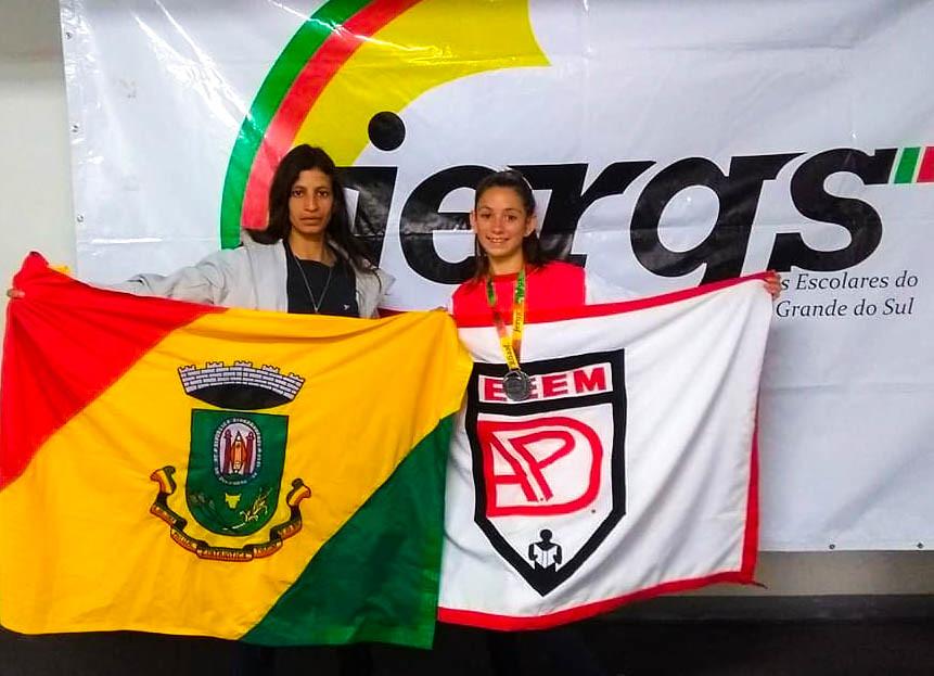 Atleta Carina, conquista segundo lugar, e sua mãe. Foto - Arquivo Prof. Neitzke.jpg