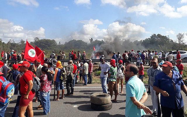 Após ameaça de despejo, famílias Sem Terra trancam rodovias na Paraíba