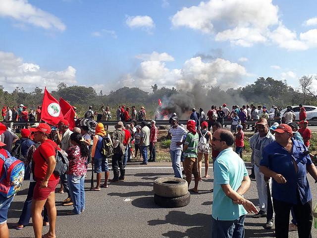 famílias Sem Terra trancam rodovias na Paraíba