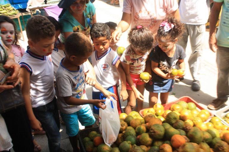 Feira do MST celebra alimentação saudável com as crianças do campo e da cidade
