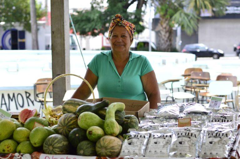 Goiaba e café da Cecília: os produtos da feira da Reforma Agrária de Bauru