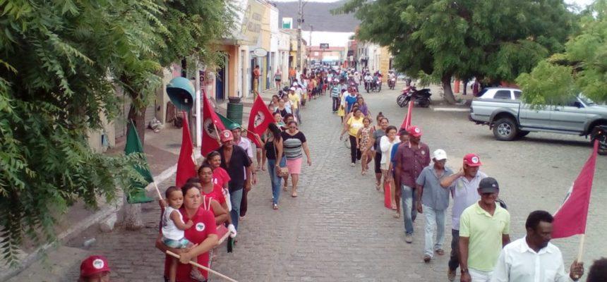 MST realiza caminhada e ocupa a prefeitura de Quixeramobim (CE)