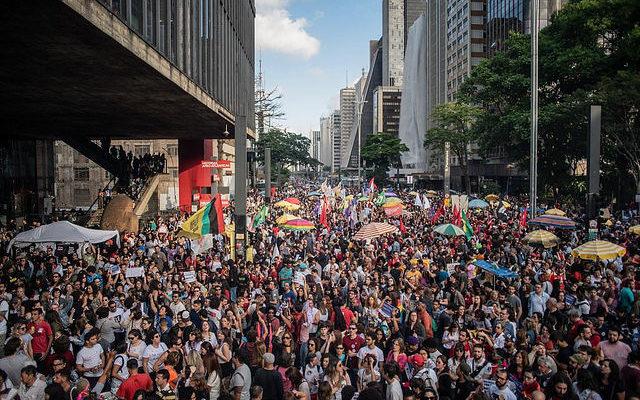 Milhares de manifestantes vão às ruas do Brasil contra Bolsonaro