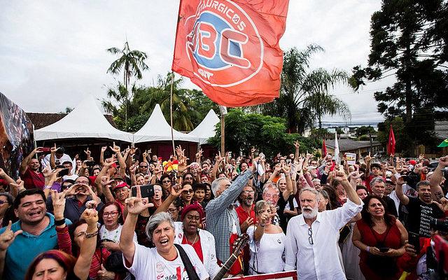 Mais de 500 pessoas celebram Natal na Vigília Lula Livre