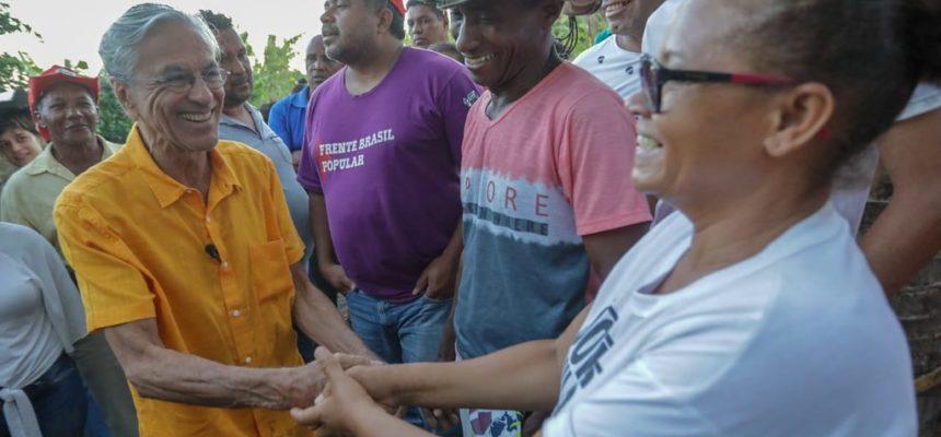 Caetano Veloso visita assentamento do MST no Recôncavo da Bahia