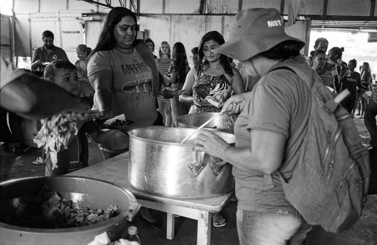 MST realiza ato solidário em ocupação urbana no Paraná