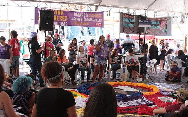 Mulheres discutem feminicídio, violência e direitos reprodutivos, em Porto Alegre