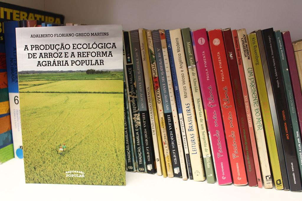 Livro divulga a experiência dos assentados e suas produções ecológicas. Foto - Maiara Rauber.jpg