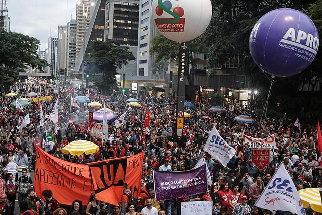 Milhares de pessoas tomam as ruas do país contra o desmonte da Previdência