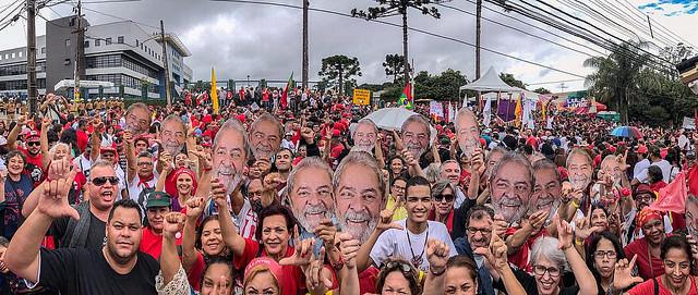 """""""Eles têm medo é dos milhões de Lulas"""", afirma ex-presidente em carta aos brasileiros"""