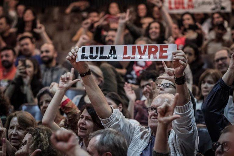 "Gritos por ""Lula Livre"" e ""Marielle Vive"" marcam debate sobre democracia no Teatro da Reitoria da UFPR"