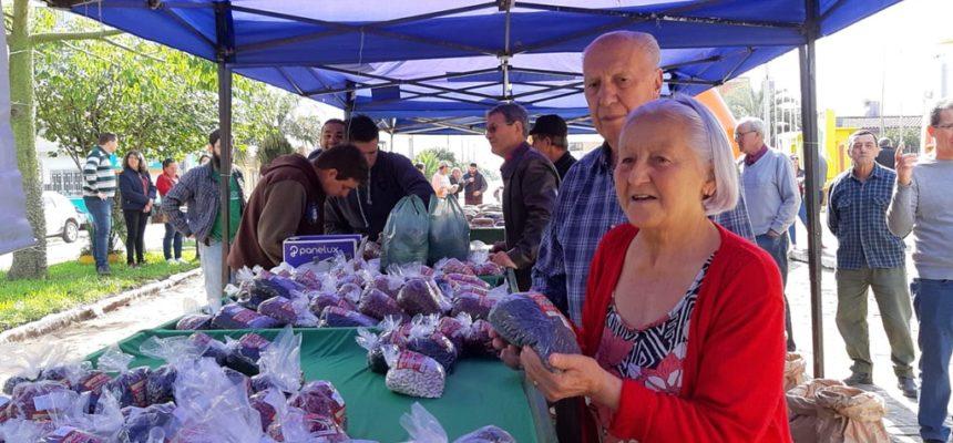 Assentados fazem feira com cerca de 60 variedades de feijão orgânico no RS