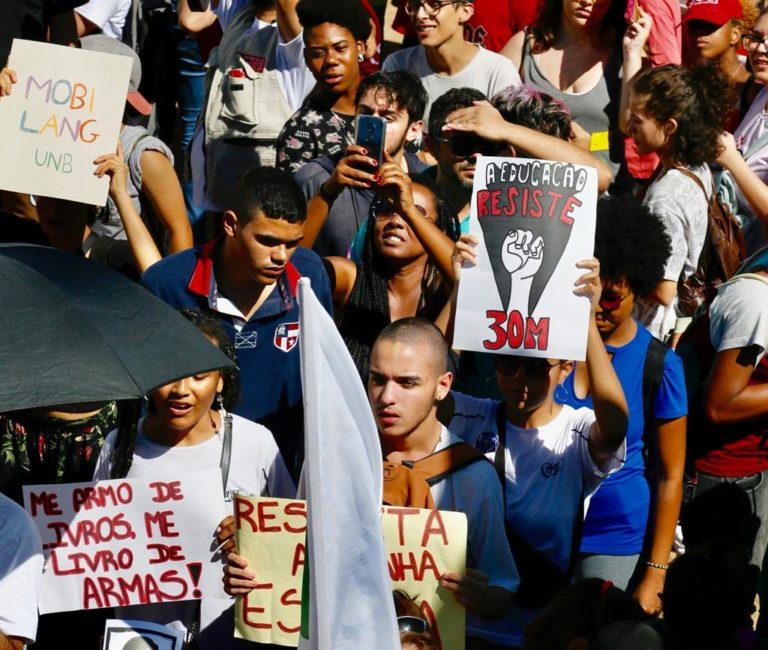 Atos em defesa da educação são realizados em todo país nesta quinta-feira