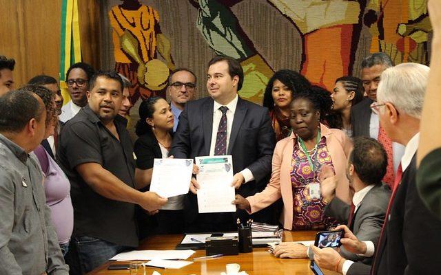 """Movimentos e organizações do campo entregam """"Carta da Terra"""" na Câmara"""