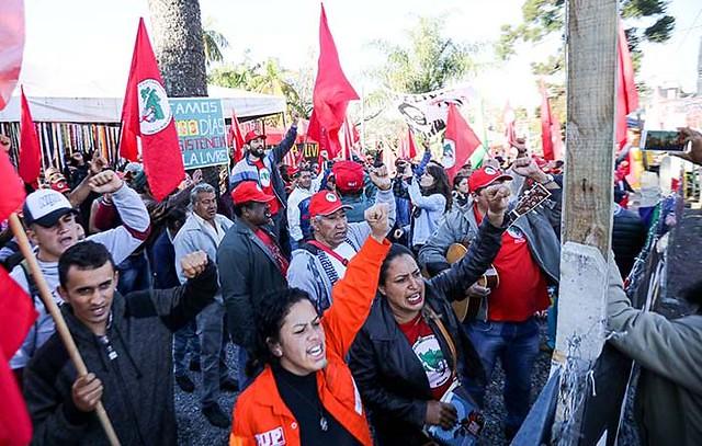 Caravanas do MST ocupam Vigília em Curitiba aguardando soltura de Lula