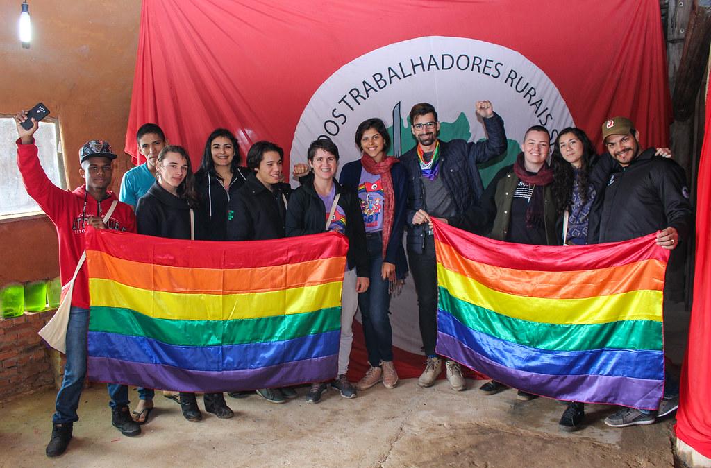 Priscila (3ª da direita para a esquerda na foto) ajuda a coordenar o Coletivo LGBT Sem Terra do RS. Foto - divulgação..jpg