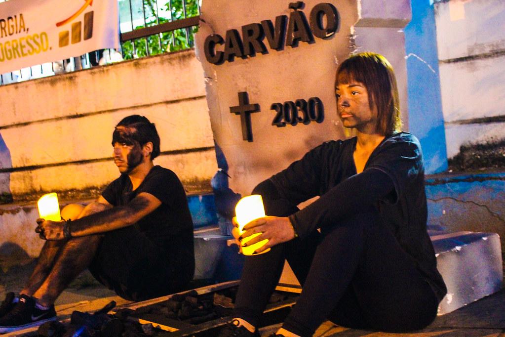 Jovens protestam em frente ao local da audiênci pública sobre a Mina Guaíba - Foto - Maiara Rauber - MST-6.jpg
