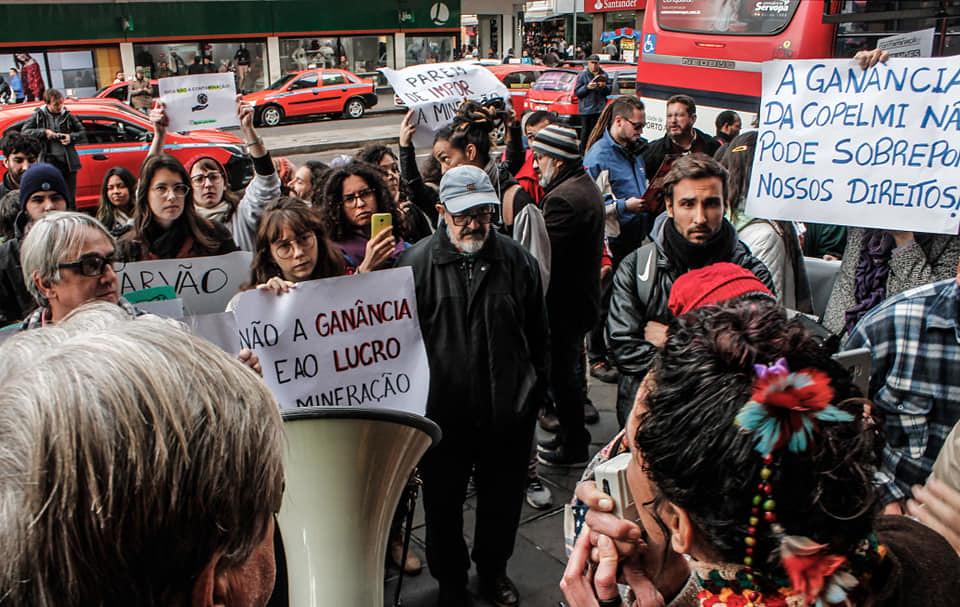 Manifestantes se concentraram em frente à Fepam. Foto - Leandro Molina..jpg