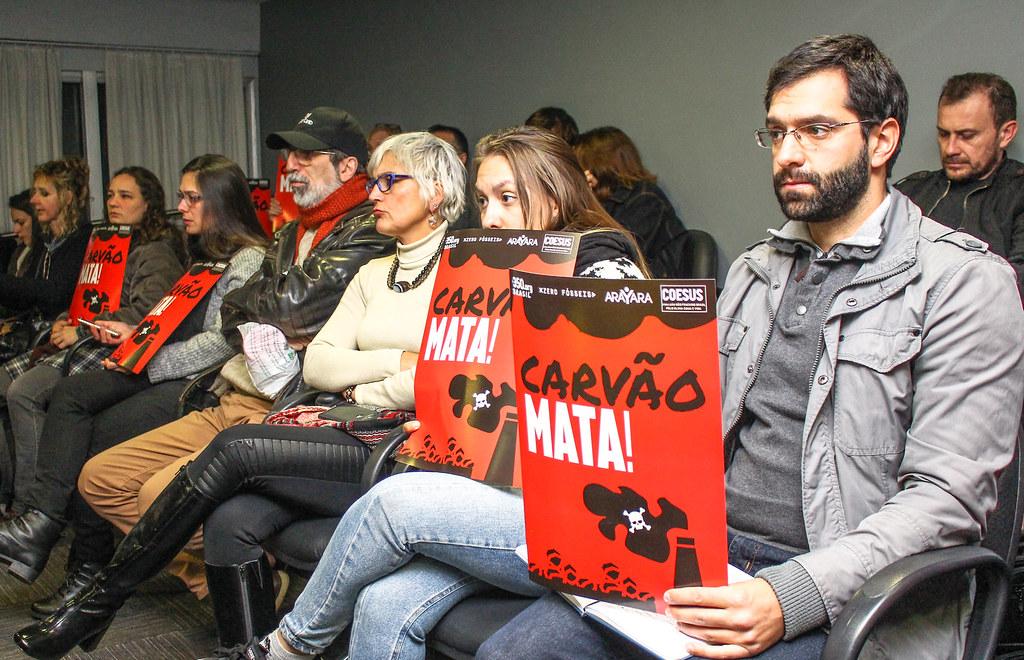Manifestantes levaram cartazes que alertam sobre os perigos do projeto. Foto - Catiana de Medeiros.jpg