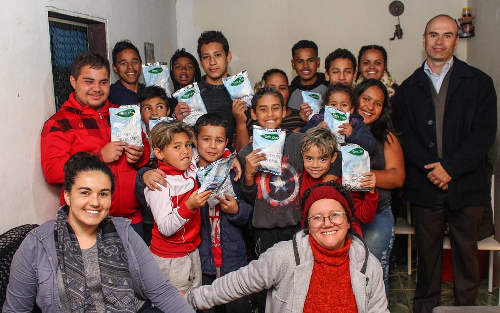 Crianças e adolescentes receberam a doação do MST por meio de uma iniciativa de Luisa de Souza.  Foto - Catiana de Medeiros..jpg