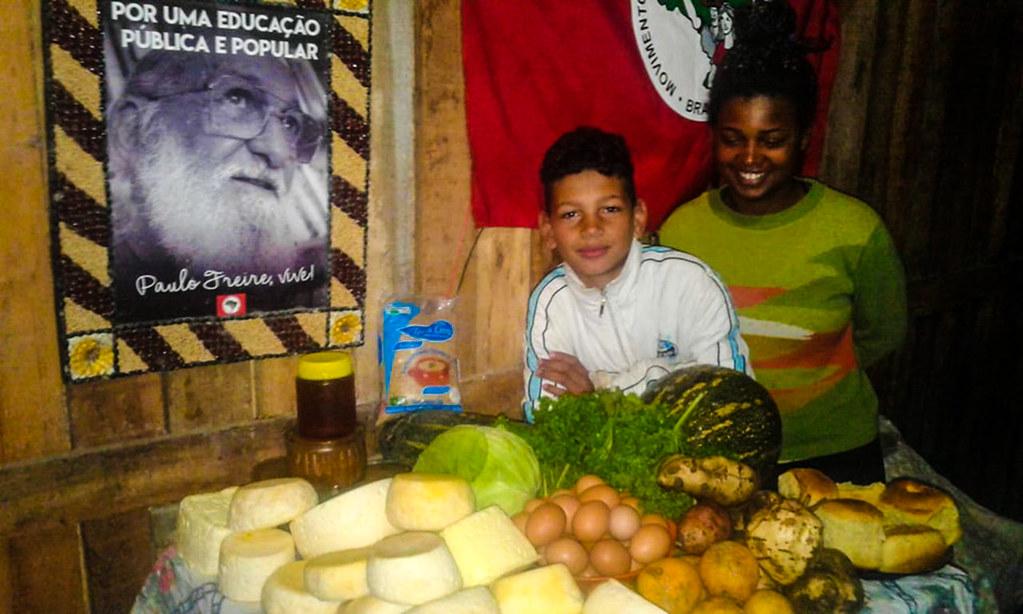 Os filhos Valquíria e Julio moram com Ana no lote conqusitado na luta pela terra.jpg