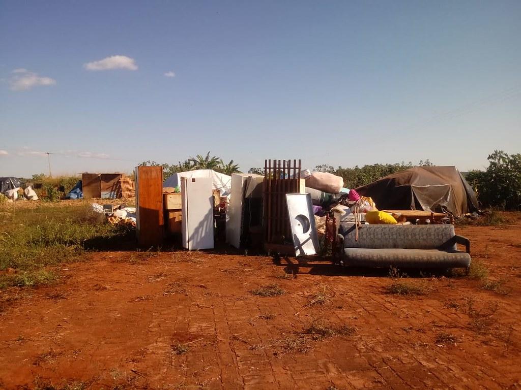 Móveis e objetos da famílias a céu aberto, a espera de lona_Davi - Assentamento Eli Vive.jpeg