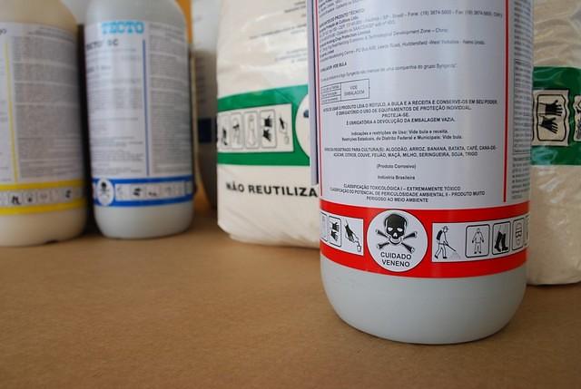 Alguém ainda fiscaliza a indústria do veneno?