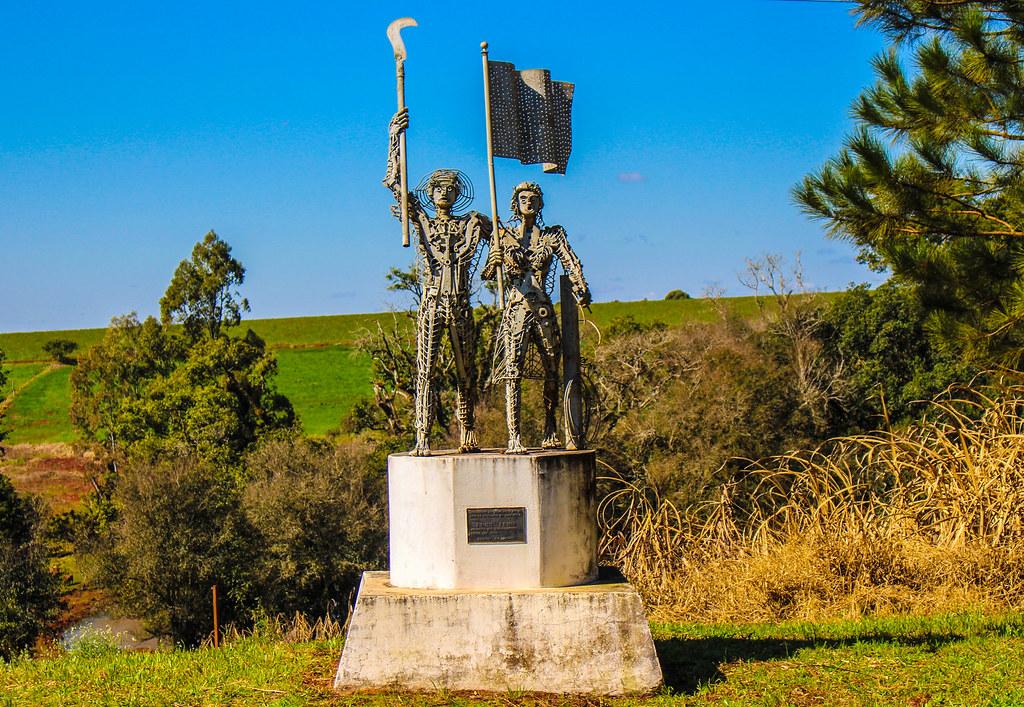 3 - Monumento em homenagem aos trabalhadores rurais sem terra na Encruzilhada Natalino. Foto - Maiara Rauber.jpg