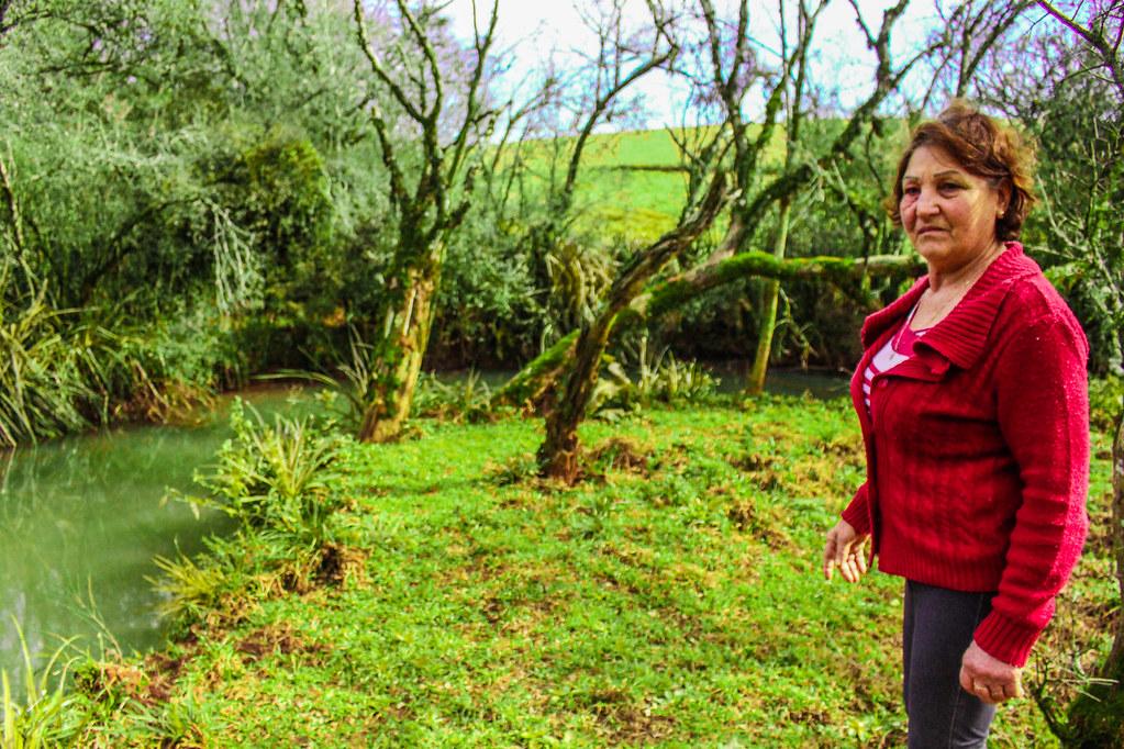Maria Osmarin Fernandes mostra o local que os Sem Terra atravesaram para entrarem na gleba Macali. Foto - Maiara Rauber
