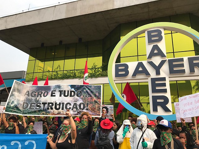 """""""Bayer Monsanto é morte"""": mulheres do MST protestam em frente à sede da empresa em SP"""