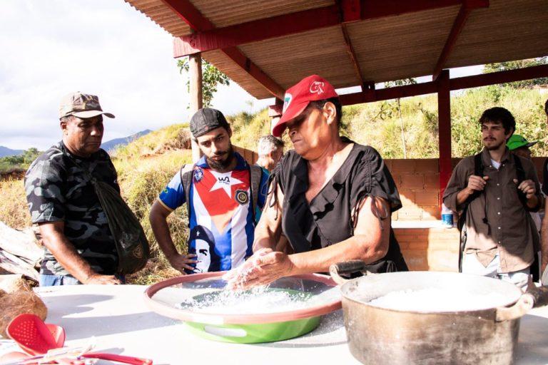 famílias assentadas em Macaé (RJ) resistem e inauguram casa de farinha