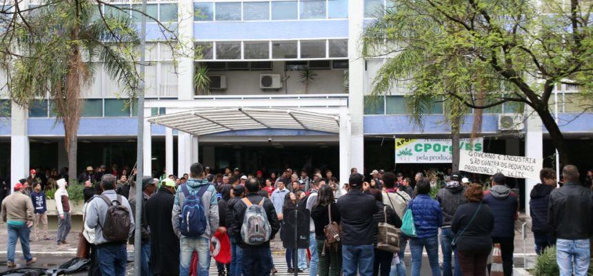 Produtores protestam contra crise do leite, em Porto Alegre