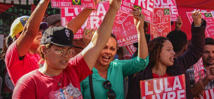 Militantes de 12 países visitam Vigília Lula Livre e ocupação 29 de Março, em Curitiba