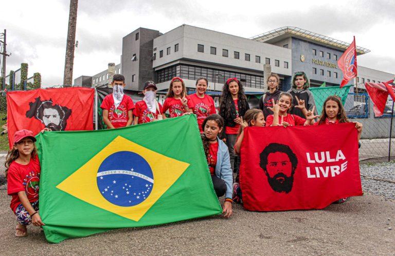 Crianças Sem Terrinha do Paraná enviam carta à Lula e visitam Vigília