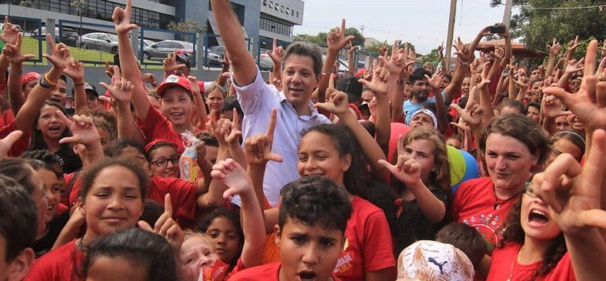 Mais de 400 crianças Sem Terrinha visitam a Vigília Lula Livre ao lado de Haddad