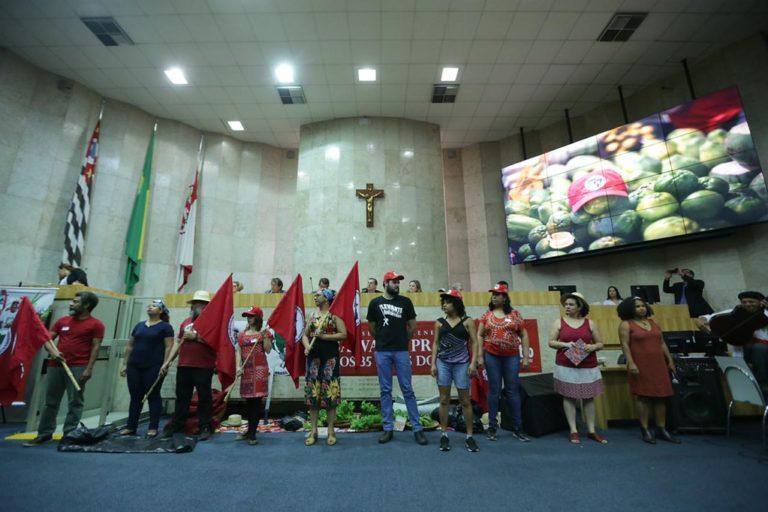 Sem Terra ocupam a Câmara dos Vereadores de São  Paulo para receber homenagem