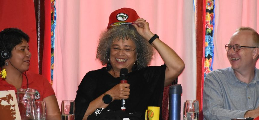 Angela Davis visita escola do MST em Guararema