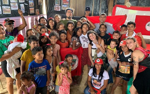 Grupo Teatro Mágico visita acampamentos do MST, no Pará, ameaçados de despejo