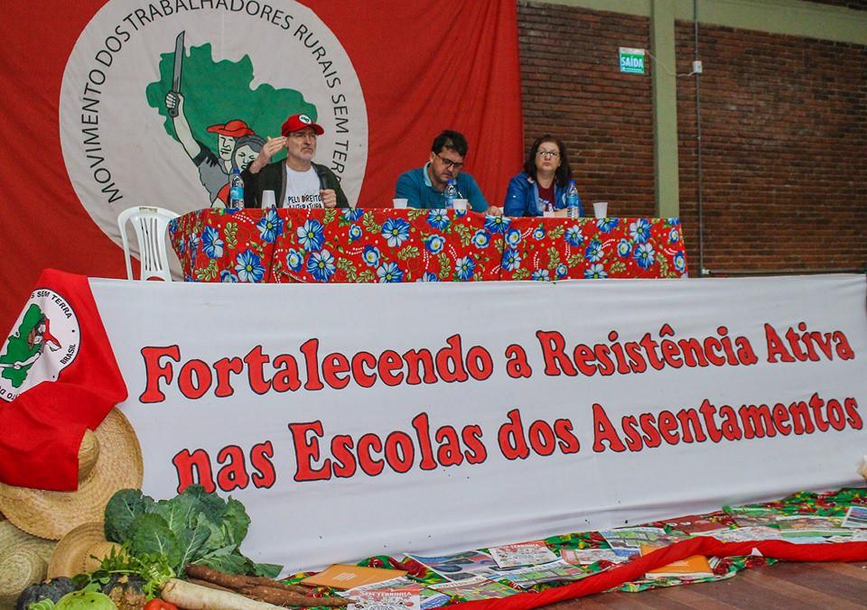 A campanha nacional do MST pelo direito à literatura nas escolas do campo foi apresentada por Edgar Kolling (E). Foto - Catiana de Medeiros.jpg