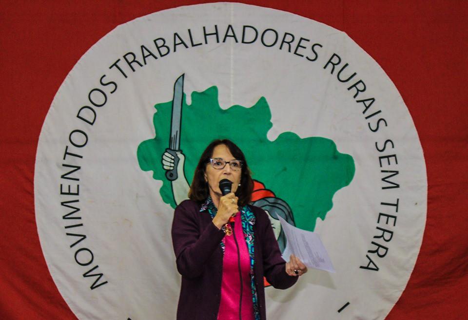 A professora Lúcia Camini apresentou as medidas dos governos Leite e Bolsonaro que precarizam a educação. Foto - Maiara Rauber..jpg
