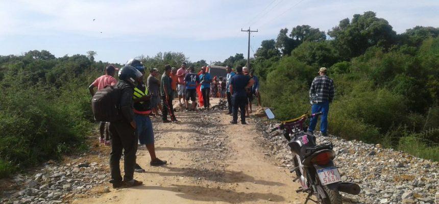 Famílias protestam em ponte sobre o Rio Vacacaí, em São Gabriel